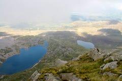 Llyn y Gadair och Llyn Gafr från Cadiar Idris, Dolgellau, Snowdonia, norr Wales Arkivbilder