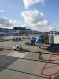 Lm-nivå som laddas på den Schiphol flygplatsen Arkivfoto
