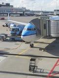 LM samolot ładuje przy Schiphol lotniskiem Zdjęcia Stock