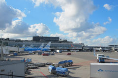 LM vliegtuig die bij Schiphol Luchthaven worden geladen Stock Afbeelding