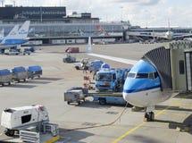 LM vliegtuig die bij Schiphol Luchthaven worden geladen Stock Foto