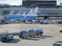 LM vliegtuig die bij Schiphol Luchthaven worden geladen Stock Afbeeldingen