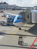 LM vliegtuig die bij Schiphol Luchthaven worden geladen Stock Foto's