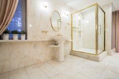 Éléments d'or à l'intérieur de salle de bains Photographie stock libre de droits