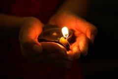Lâmpada de petróleo nas mãos Imagem de Stock Royalty Free