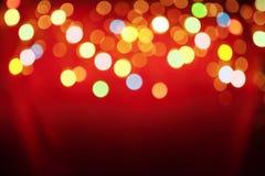 Lâmpada do Natal arranjada no fundo vermelho Fotografia de Stock Royalty Free