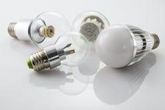 Lâmpadas E27 do diodo emissor de luz com uma tecnologia diferente do poder da lâmpada do botão novo Imagens de Stock
