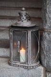 Lámpara al aire libre del metal viejo con la vela ardiente Fotos de archivo libres de regalías