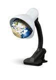 Lámpara con de la tierra el bulbo eléctrico en lugar de otro, concepto de la reserva de la energía del eco Imágenes de archivo libres de regalías