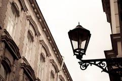 Lámpara de calle del vintage en la pared del edificio Efecto de la sepia Fotografía de archivo libre de regalías