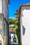 Lámpara del siglo XI Obidos Portugal de la calle blanca estrecha Fotografía de archivo