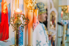Lámpara ortodoxa del icono de la religión tradicional dentro de la iglesia durante liturgia Imágenes de archivo libres de regalías