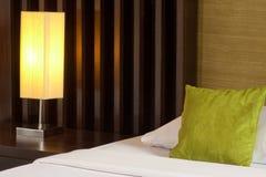 Lámpara y cama Fotografía de archivo