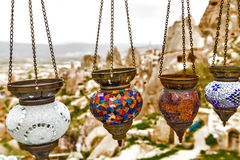 Lámparas árabes coloridas colgantes iluminadas Fotografía de archivo libre de regalías