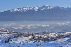 Ländliche Ansicht des Winters mit Bergen Lizenzfreie Stockbilder
