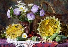 Ländliches Stillleben mit Sonnenblumen und schönen Blumen in einem VA Lizenzfreies Stockbild