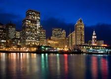 Línea de costa de San Francisco - escena de la noche en la Navidad Fotos de archivo libres de regalías
