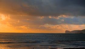Línea de la playa de Alghero en la oscuridad Fotografía de archivo