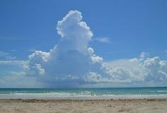 Línea de la playa de la playa y del océano Imagen de archivo libre de regalías