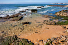 Línea de la playa de Océano Atlántico en Estoril Imagen de archivo