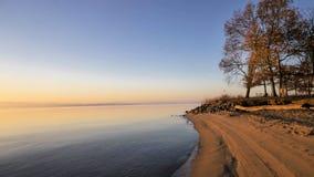 Línea de la playa en la salida del sol Fotos de archivo