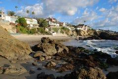 Línea de la playa rocosa cerca de la ensenada de maderas, Laguna Beach, California Fotos de archivo