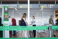 Línea de la seguridad aeroportuaria Imagenes de archivo