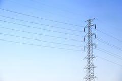 Línea de transmisión de alto voltaje de los posts o de poder torre y cielo azul Foto de archivo