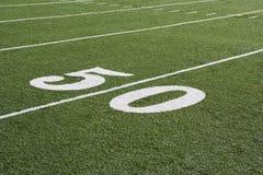 Línea de yardas 50 en campo de fútbol americano Fotos de archivo libres de regalías