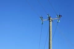 Línea eléctrica en pilar de madera Fotos de archivo