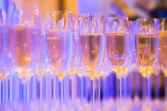 Línea hermosa de diversos cócteles coloreados del alcohol con humo en una fiesta de Navidad, un tequila, un martini, una vodka, y Foto de archivo libre de regalías