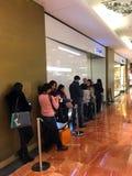 Línea que espera París de la tienda de Chanel Fotos de archivo libres de regalías