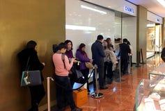 Línea que espera París de la tienda de Chanel Foto de archivo libre de regalías