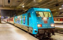 Línea tren de la noche de la ciudad a Praga en la estación de Basilea SBB Foto de archivo libre de regalías