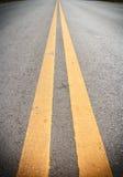Líneas amarillas dobles Imagenes de archivo