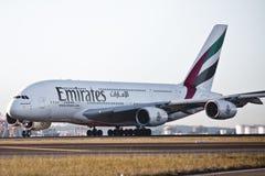 Líneas aéreas A380 de los emiratos en el cauce Imagen de archivo libre de regalías