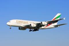 Líneas aéreas Airbus A380 de los emiratos en vuelo. Imagenes de archivo