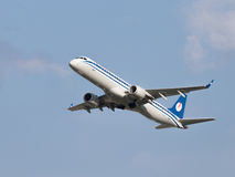 Líneas aéreas de Embraer ERJ-195LR (190-200LR) Belavia de los aviones Imagenes de archivo