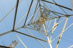 Líneas eléctricas de alto voltaje Fotos de archivo libres de regalías