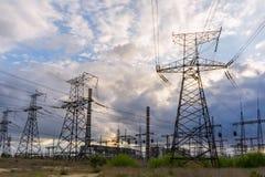 Líneas eléctricas eléctricas contra el cielo en la salida del sol Fotografía de archivo libre de regalías