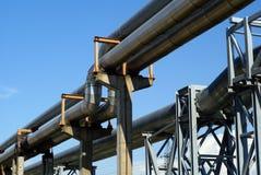 Líneas eléctricas eléctricas de las tuberías industriales Foto de archivo