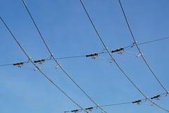 Líneas eléctricas necesarias para el movimiento de los autobuses de carretilla Alambres de la tranvía Fotografía de archivo