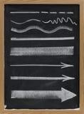 Líneas y flechas - tiza blanca en la pizarra Fotografía de archivo