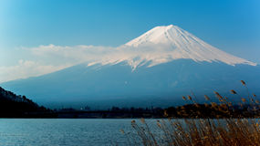 Löneförhöjningar för Mt Fuji ovanför sjön Kawaguchi Arkivbild