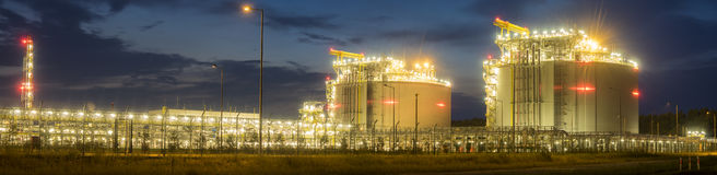 LNG eind complexe installaties voor de transmissie en de opslag van gaslng stock fotografie