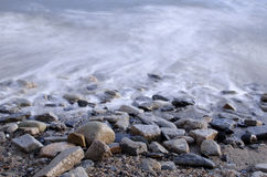 Lång exponering av havvattentidvatten på Rocky Pebble Beach Royaltyfri Foto