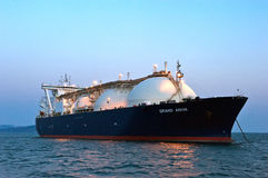 LNG-Fördermaschine großartiges Aniva bei Sonnenuntergang auf den Straßen des Hafens von Nachodka Ferner Osten von Russland Ost (J lizenzfreie stockbilder
