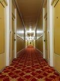 Lång gammal hotellkorridor Arkivfoto