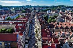 Lång gata i riktningen av Golden Gate i Gdansk och panorama- cityscape Arkivbild