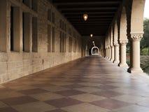 Lång korridor på Stanford Arkivbild